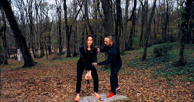 Özel hocasıyla ormanda spor yaptı