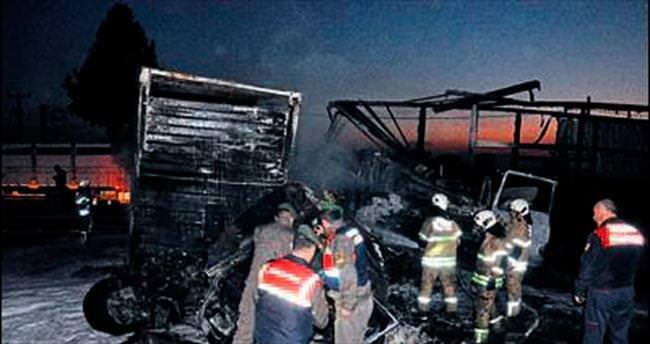 TIR'ın çarptığı kamyon şoförü yanarak öldü