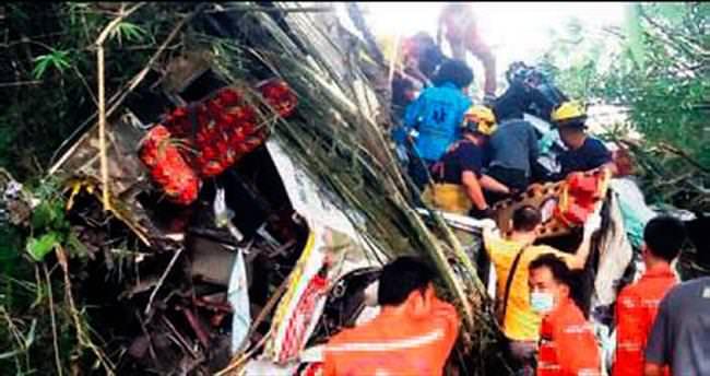 Turist taşıyan otobüs kaza yaptı: 16 ölü