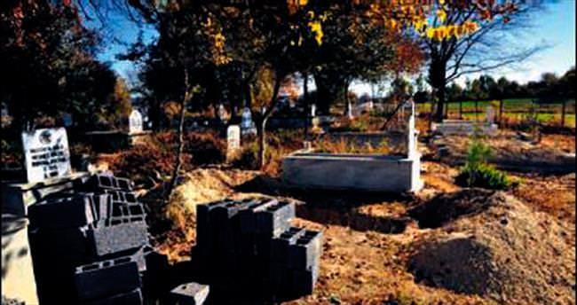 Ölmeden salâsı verildi, mezarı kazıldı