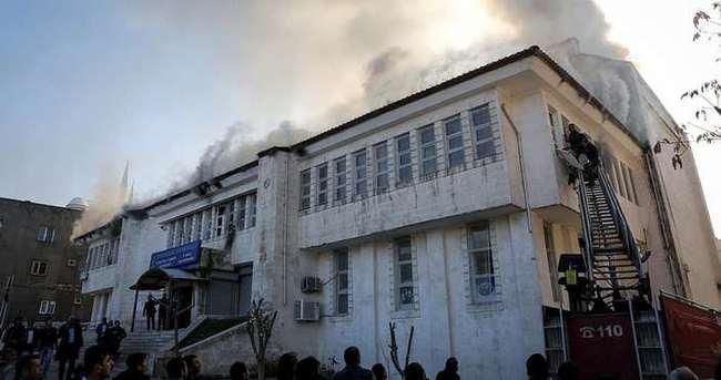 PKK'nın yaktığı kütüphaneyi gençler yenileyecek