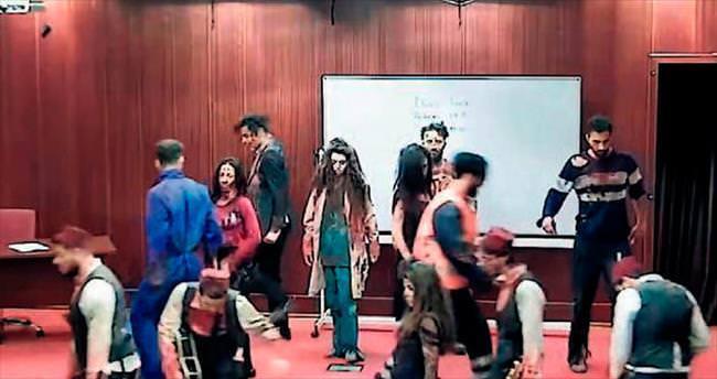 Zombiler sınıfı bastı!