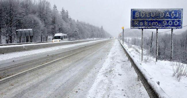 Bolu'da yoğun kar yağışı: İstanbul yönü trafiğe kapandı
