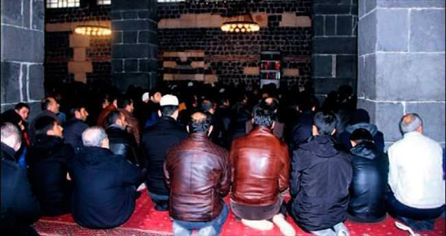 Sur'daki Ulu Cami'de cuma namazı kılındı