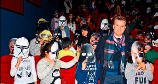 Maskeleri taktılar Star Wars izlediler
