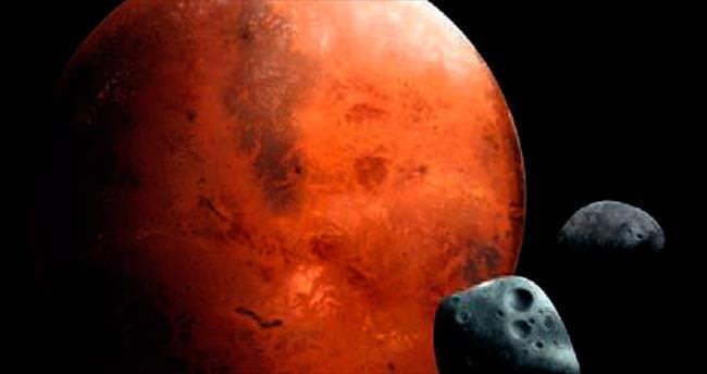 Mars'ın uydusu kendini parçalıyor
