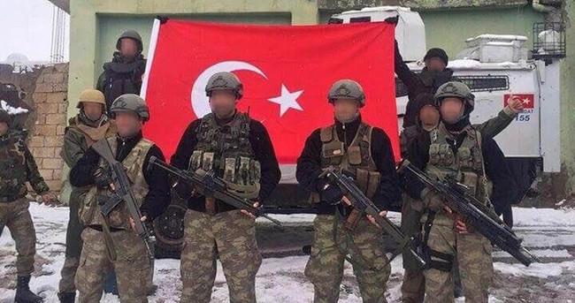 JÖH'ler, Zap Meydanı'na Türk bayrağı astı