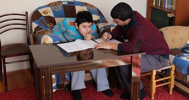 Karda mahsur kalan hasta gence evinde sınav