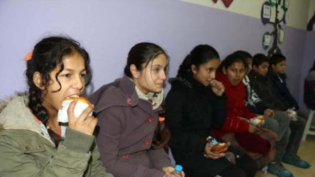 Roman çocuklar kahvaltı ile okula bağlandı