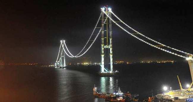 İzmit Körfez Geçişi Köprüsü geceleri ışıl ışıl