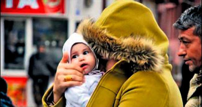 Eroin zanlısı, yüzünü bebeğiyle sakladı