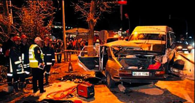 Otomobil ile minibüs çarpıştı: 4 ölü