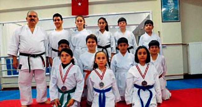 Minik karateciler madalyayla döndü