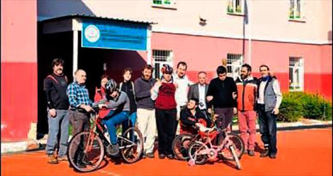 Otistik çocuklara bisiklet eğitimi