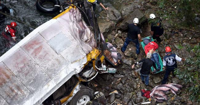Meksika'da otobüs köprüden uçtu: 20 ölü