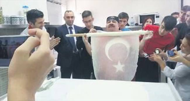 Baklava ustasından Türk bayraklı şov