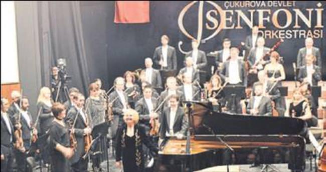 Kurtuluş konserinde Gülsin Onay rüzgârı