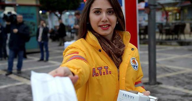 Adana'da vatandaşlara maske dağıtılıyor