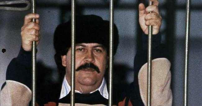 Hazineyi bulmak için Escobar'ın evini yıkıyor