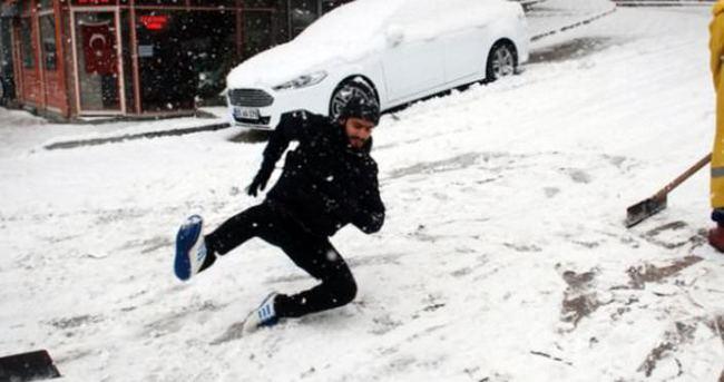 Karlı havalarda giyilecek ayakkabıya ve yürüyüş şekline dikkat