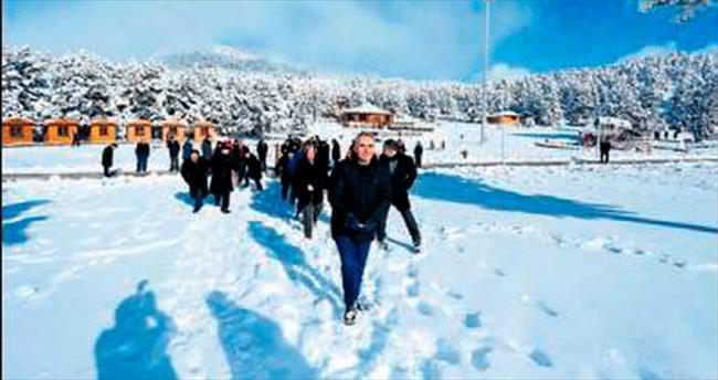 Karla kaplı yaylada meclis toplantısı