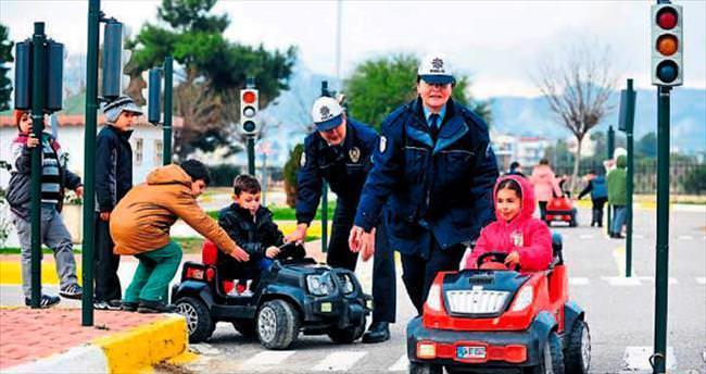Minyatür mahallede trafik dersi veriliyor