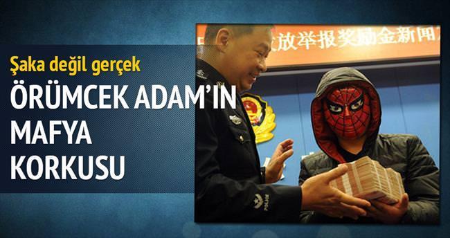 Mafya korkusundan ödülü maske takıp aldı