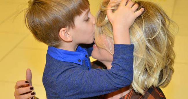 Annesi Esra Erol'u öpmeye doyamadı