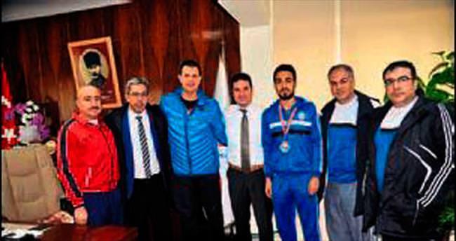 Müdür Ataşbak sporcuyu kutladı