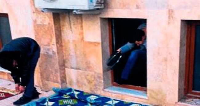 Kapısı kilitli camiye pencereden girdiler