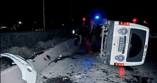 Polis aracı devrildi 2 memur yaralandı