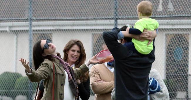 Anne Hathaway'in annelik alıştırması