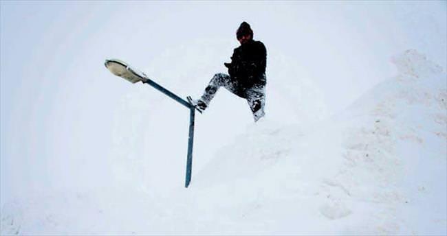 Elektrik direkleri bile kar altında...