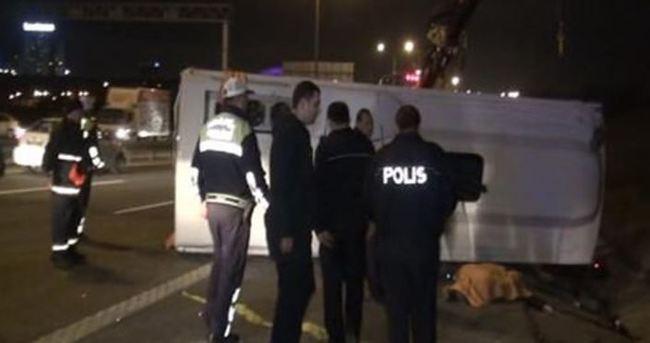 TEM Otoyolu'nda servis aracı devrildi