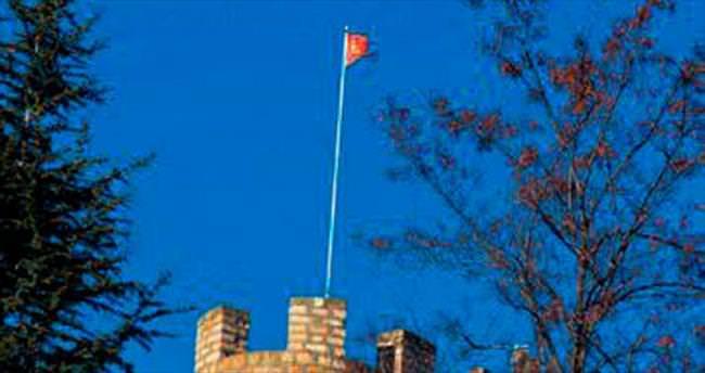 Kalede yırtık bayrağa tepki