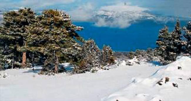 Göl manzaralı kayak tesisleri