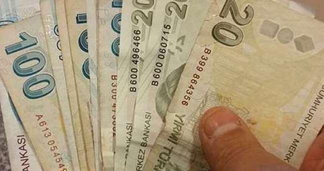 ATM girişinde bulduğu parayı iade etti