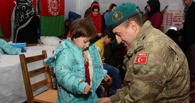Türk askerinden Afgan öğrencilere yardım