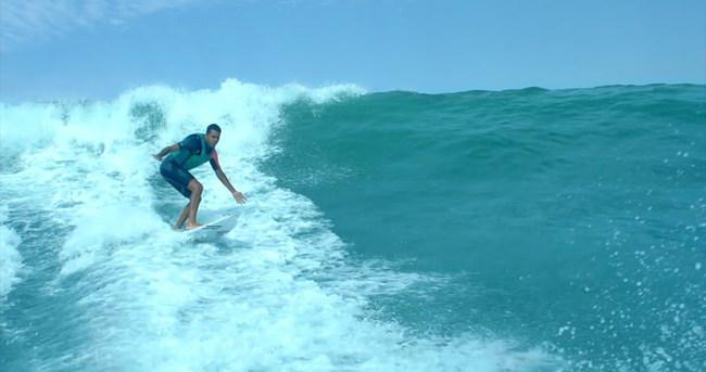 Görme engelli sörfçü dalgalarla dans ediyor