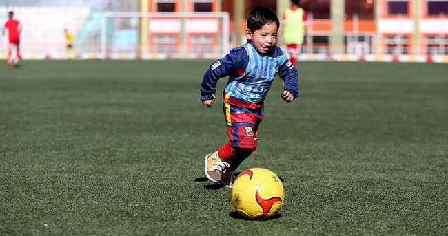 Poşetten Messi forması giyen çocuk hayaline kavuşuyor