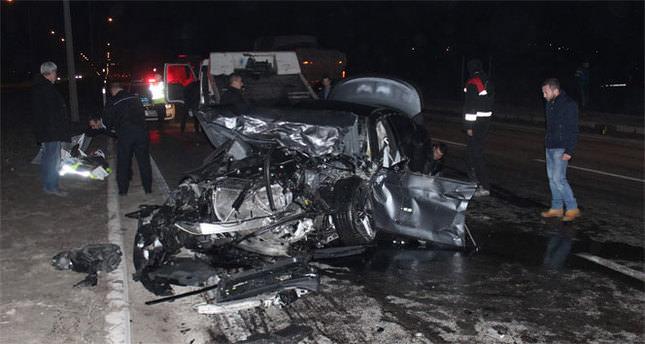 İki otomobil çarpıştı: 3 ölü, 5 yaralı