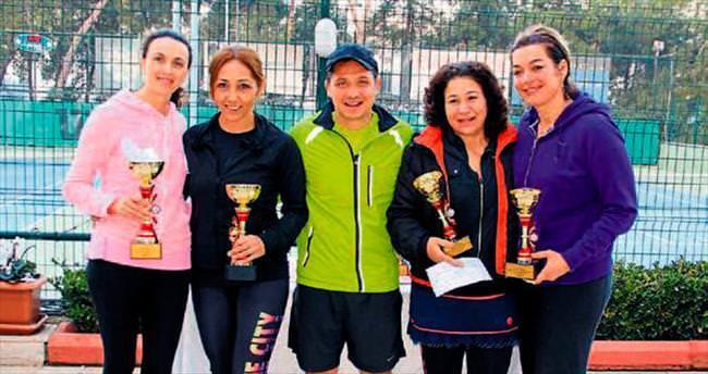 Adana'da tenisçiler kupaları aldı