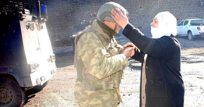 Sur'da mahsur kalan aile askerin yardımıyla tahliye edildi