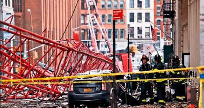 New York'ta vinç devrildi: 1 ölü, 2 yaralı