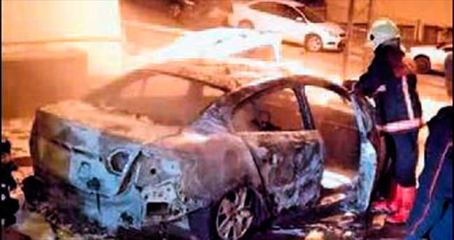 Mamak'ta park halindeki 2 araç yandı