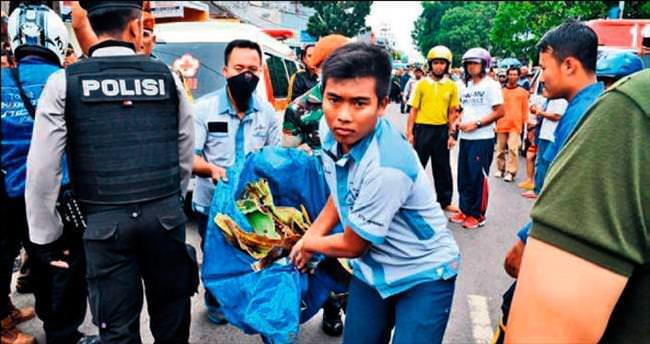 Endonezya'da eve uçak çakıldı