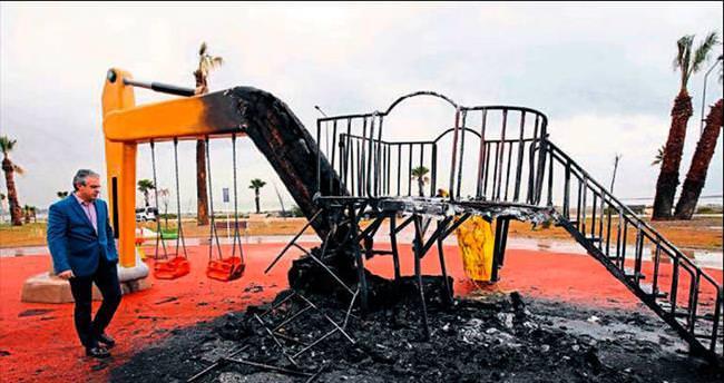 Karşıyaka'da çocuk parkı yaktılar