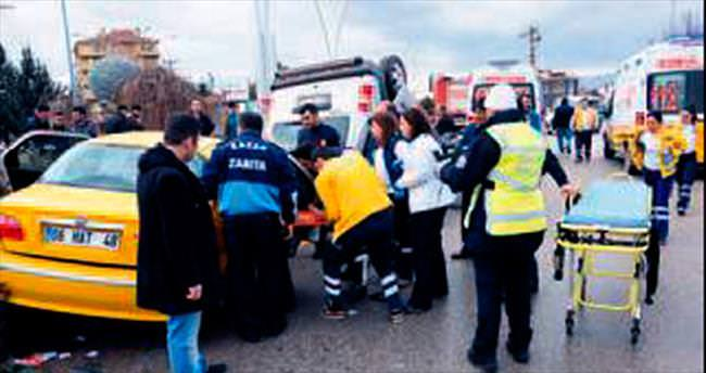 Kazan'da taksiyle kamyonet çarpıştı: 8 yaralı