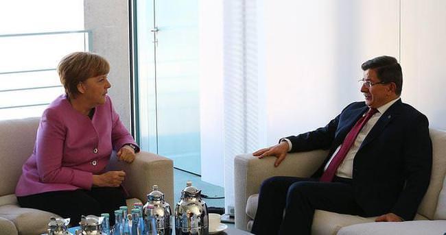 Davutoğlu ve Merkel telefonda görüştü