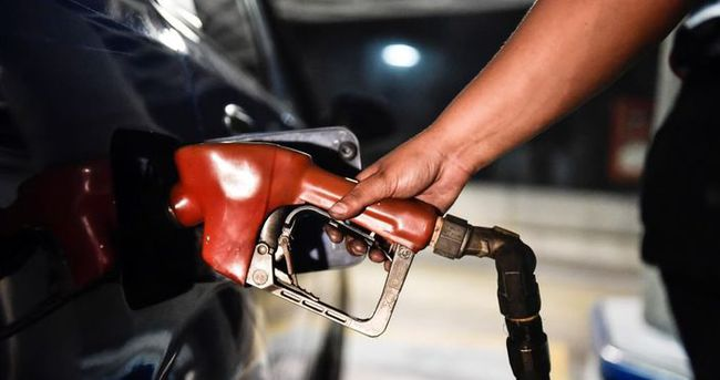 Venezuela'da yıllar sonra ilk kez benzine zam yapıldı
